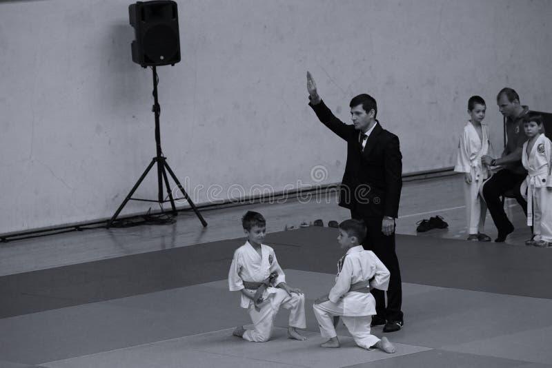 Бойцы с рефери на румынском чемпионате, младшие Jiu Jitsu, май 2018 стоковое изображение