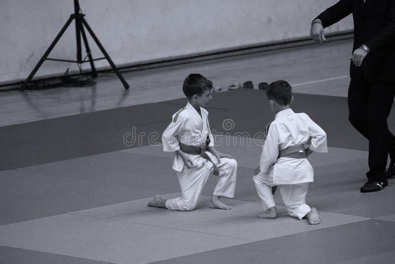 Бойцы с рефери на румынском чемпионате, младшие Jiu Jitsu, май 2018 стоковые изображения