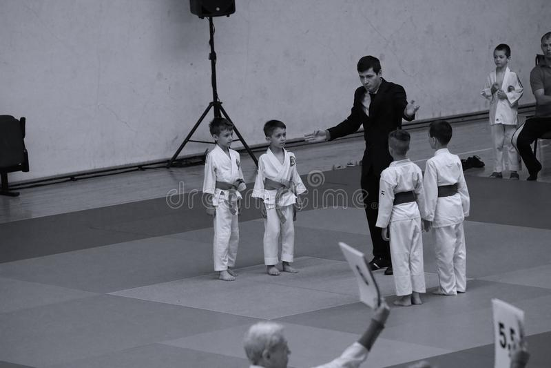 Бойцы с рефери на румынском чемпионате, младшие Jiu Jitsu, май 2018 стоковые фото
