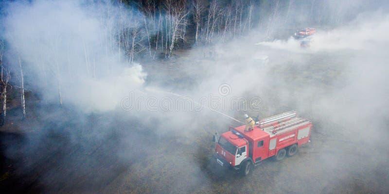 Бой лесного пожара стоковая фотография