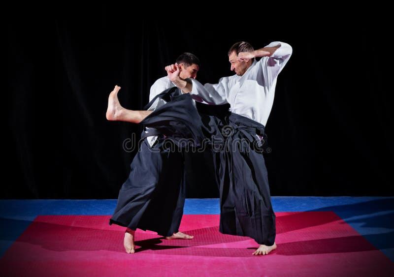 Бой между 2 бойцами айкидо стоковые изображения rf
