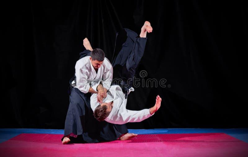 Бой между 2 бойцами айкидо стоковое изображение rf