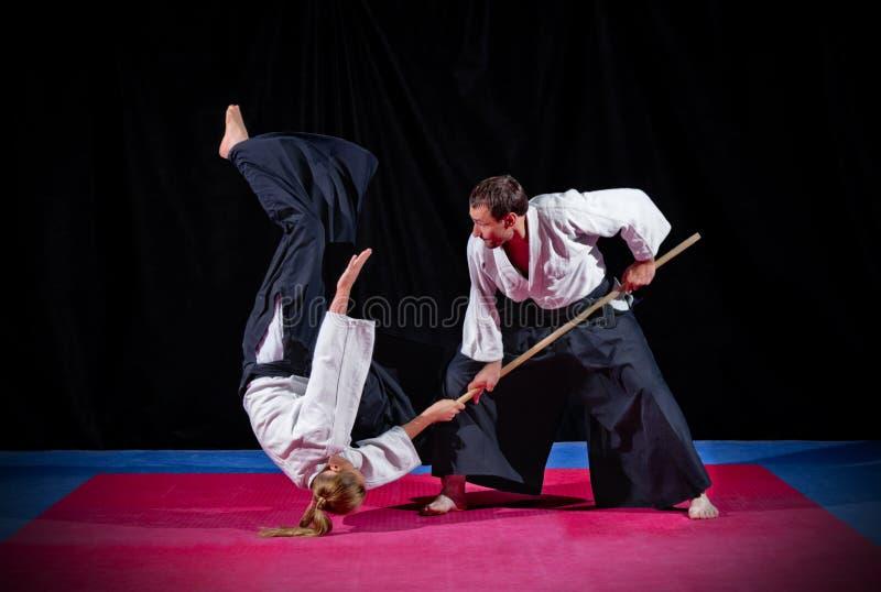 Бой между 2 бойцами айкидо стоковая фотография