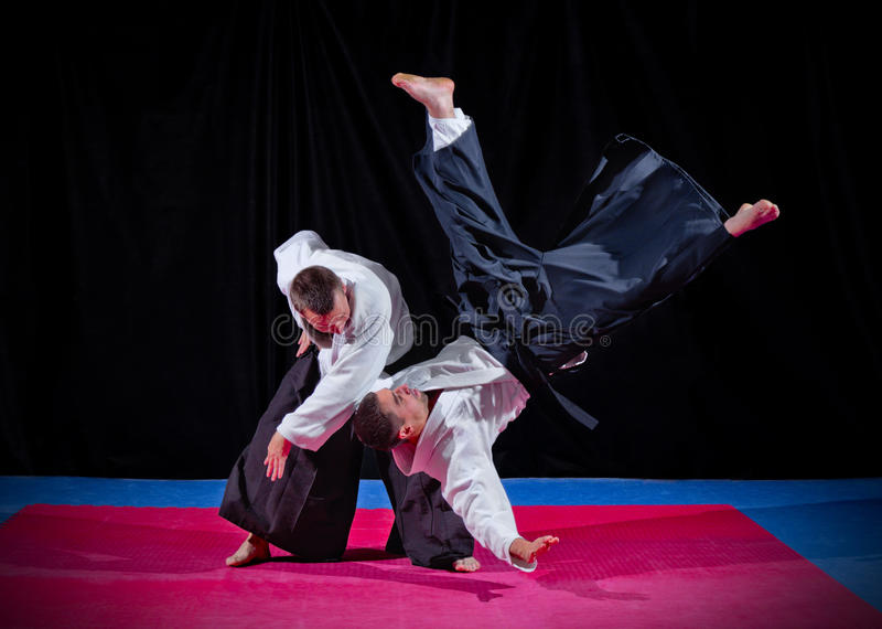 Бой между 2 бойцами айкидо стоковая фотография rf