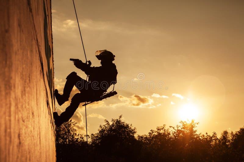 Бой ФРАЕВ rappeling стоковая фотография rf