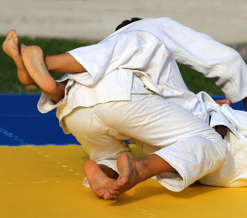 Бой людей с боевыми искусствами во время спортивного соревнования стоковые изображения