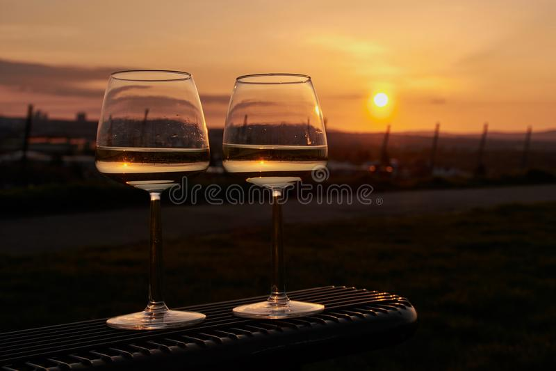 2 бокала на стенде в заходе солнца стоковые фотографии rf