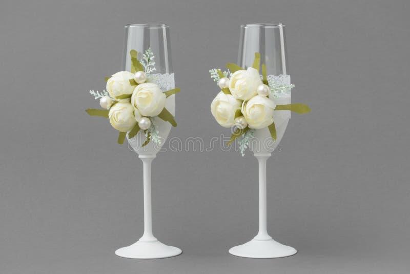 2 бокала свадьбы украшенного со шнурком и белыми розами стоковое изображение