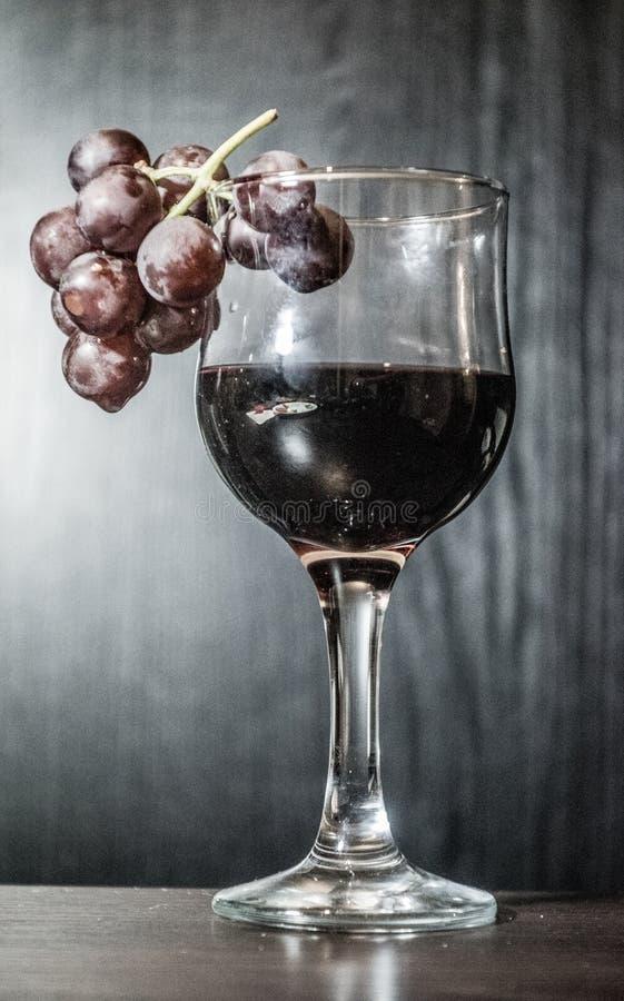 Бокал вина с группой виноградин стоковая фотография