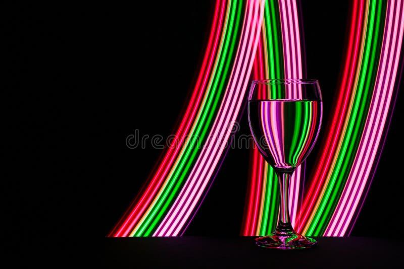 Бокал с неоновым светом позади стоковые изображения rf