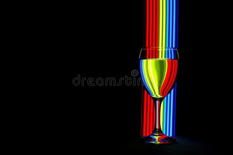 Бокал с неоновым светом позади стоковые фото