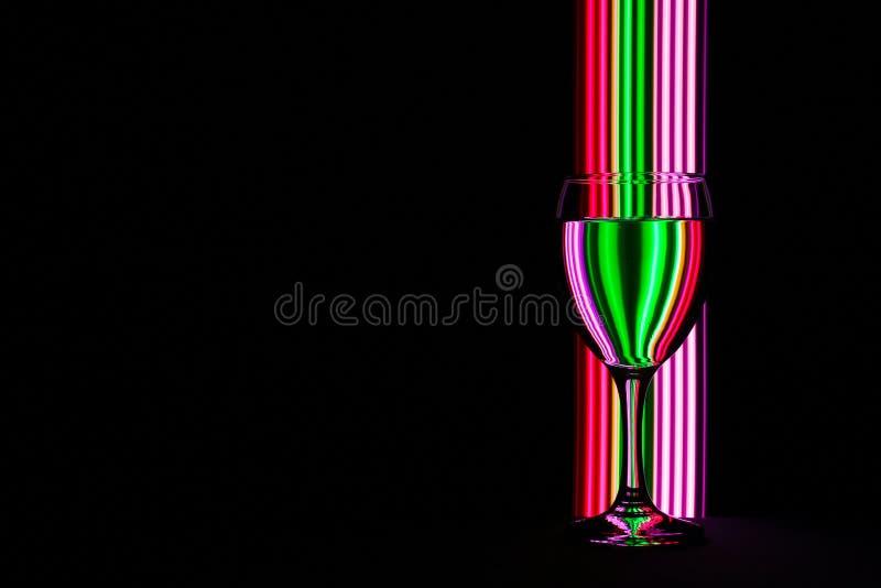 Бокал с неоновым светом позади стоковая фотография