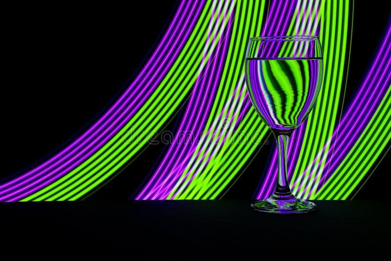 Бокал с неоновым светом позади стоковое изображение