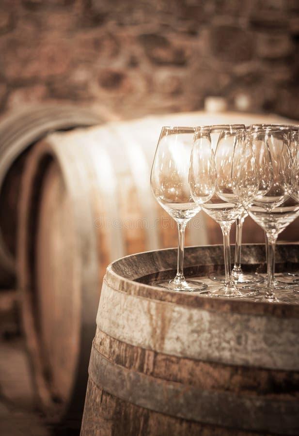Бокал вина в винном погребе стоковые фото
