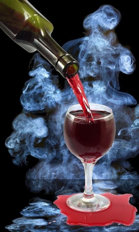 Бокал вина и бутылка на предпосылке дыма стоковые изображения rf