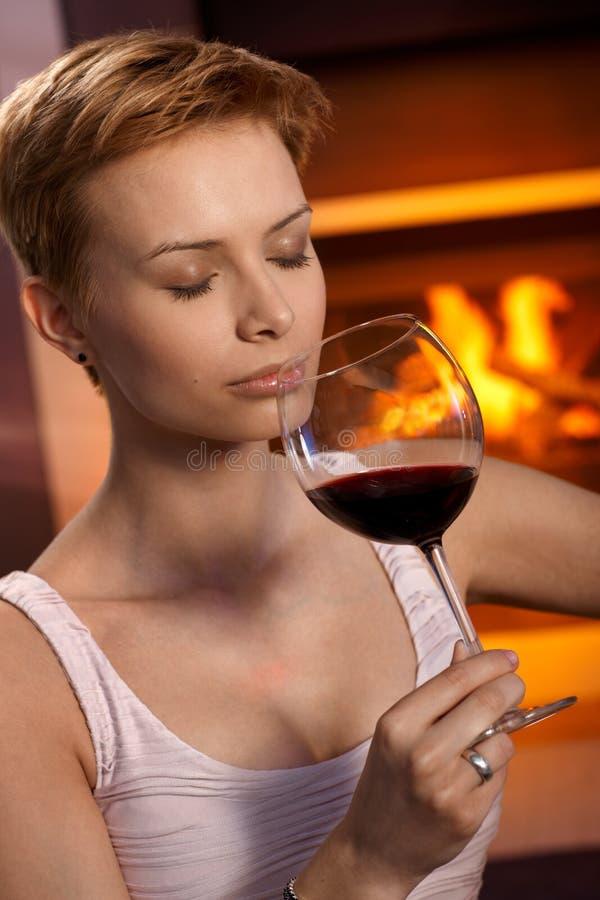 Бокал вина привлекательной женщины пахнуть стоковое изображение