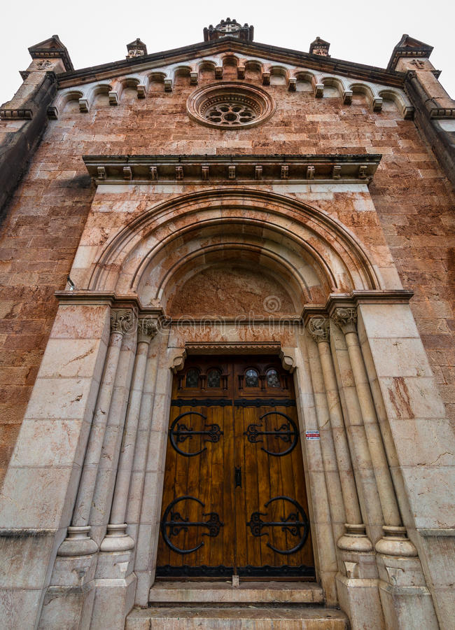 Боковая дверь базилики Covadonga стоковое фото