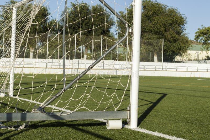 Боковой взгляд столба цели в футбольном поле стоковые изображения rf