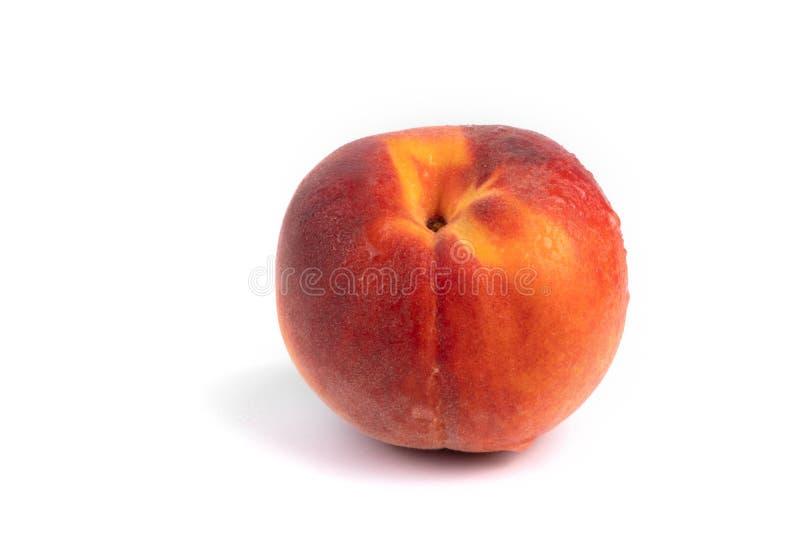 Боковой вид на изолированный красочный мокрый персик на белом фоне стоковое фото