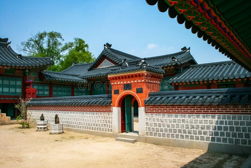 Боковые ворота в Зале Джагёнджон в Гёнбокгунге, Сеул, Южная Корея стоковые фото
