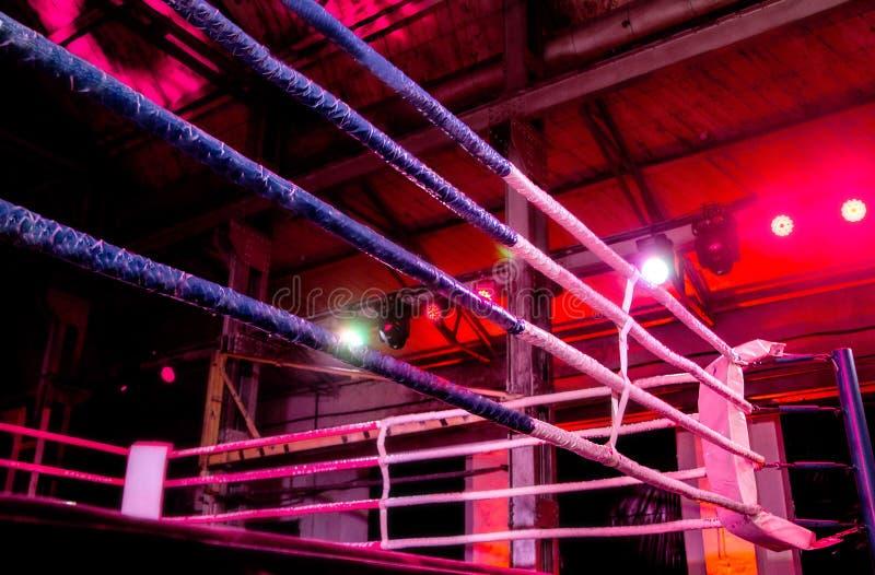 Боксерский ринг в электрофонарях стоковые изображения rf