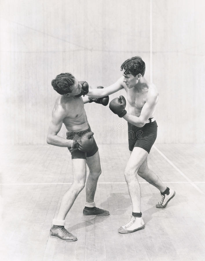 Боксер бросая правый хук стоковое изображение rf