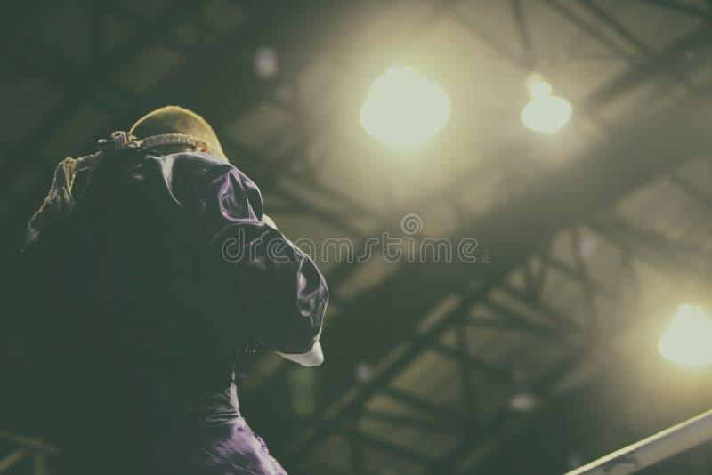 Боксер воюя в боксерском ринге боксер professionl подготовить к бою на большой арене стоковое изображение rf