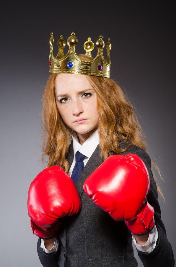 Боксер женщины с кроной стоковые изображения
