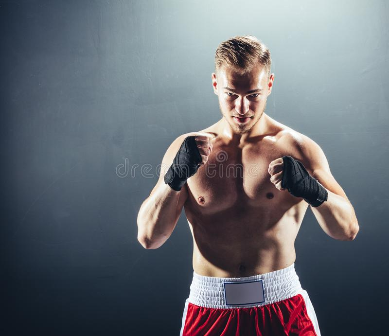 Боксер стоя в воюя положении стоковая фотография
