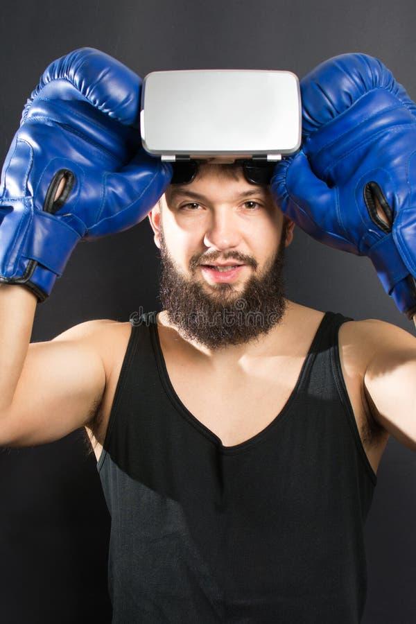 Боксер с стеклами VR и голубыми перчатками стоковое изображение rf