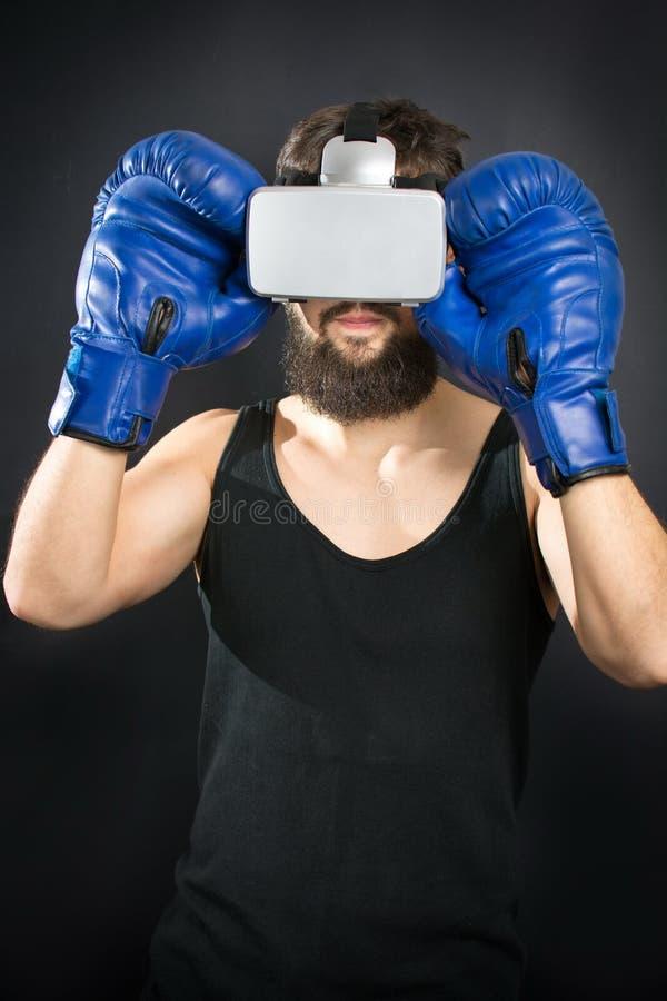 Боксер с стеклами VR и голубыми перчатками стоковая фотография rf