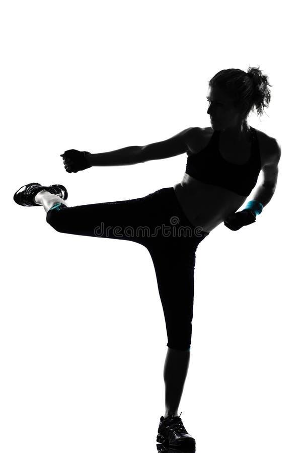 Бокс боксера позиции женщины kickboxing стоковое фото rf
