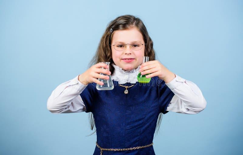 Болван школы девушки Научный эксперимент Химический анализ Урок химии школы Школьное образование Химия и стоковое изображение