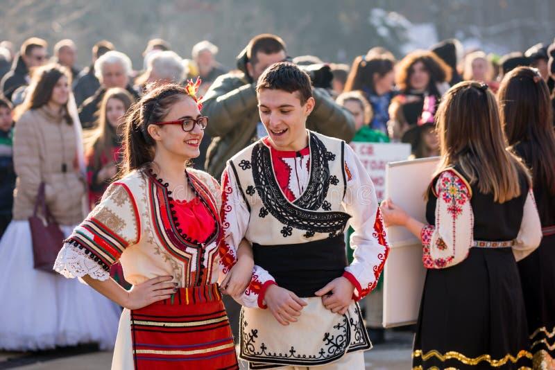 Болгарские танцоры в фольклорных костюмах получая готовый для круглого танца стоковое изображение