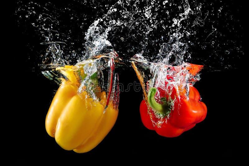 Болгарский перец в воде с выплеском стоковое фото