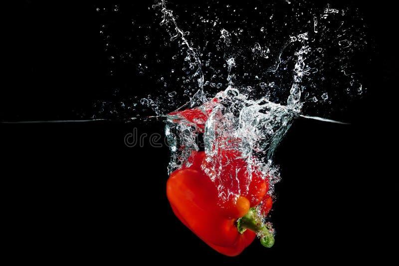 Болгарский перец в воде с выплеском стоковая фотография
