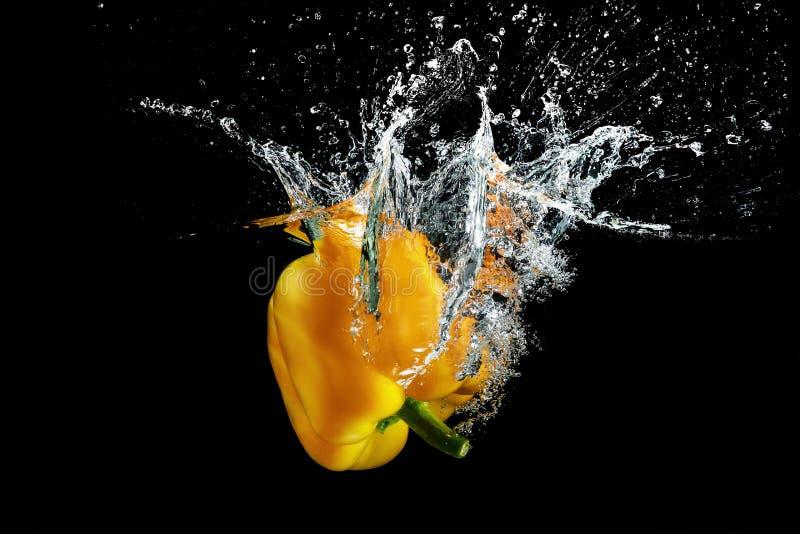 Болгарский перец в воде с выплеском стоковые изображения