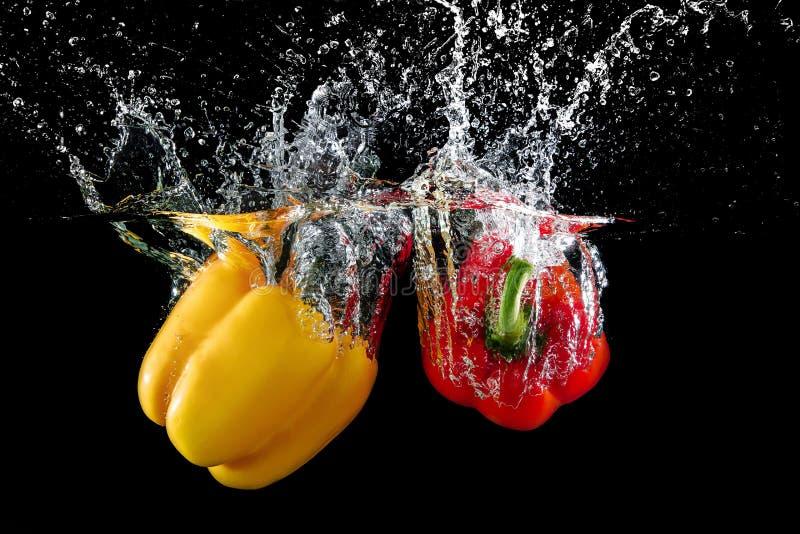 Болгарский перец в воде с выплеском стоковые изображения rf