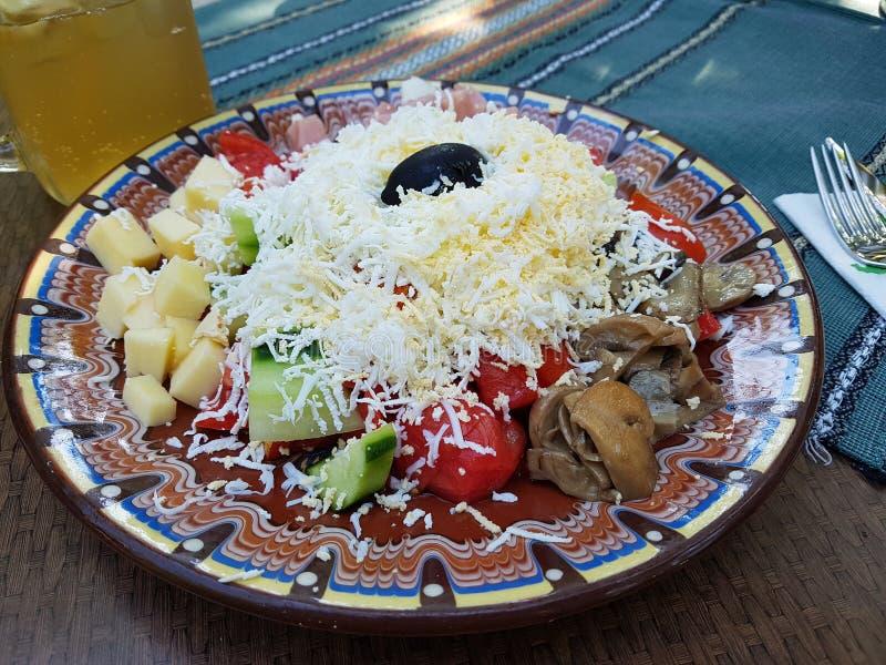 Болгарский салат чабана с питьем стоковые фото