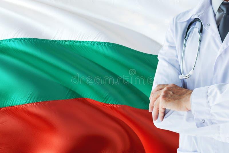 Болгарское положение доктора со стетоскопом на предпосылке флага Болгарии r стоковое изображение rf