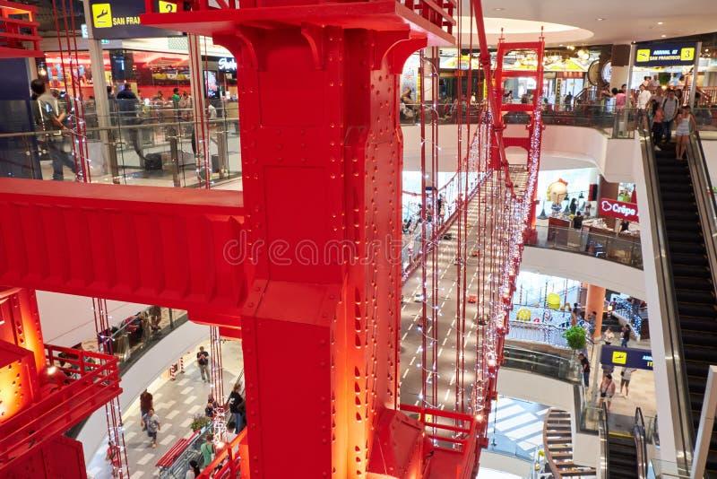 Более небольшая копия моста золотых ворот на терминале 21 Паттайя стоковое фото
