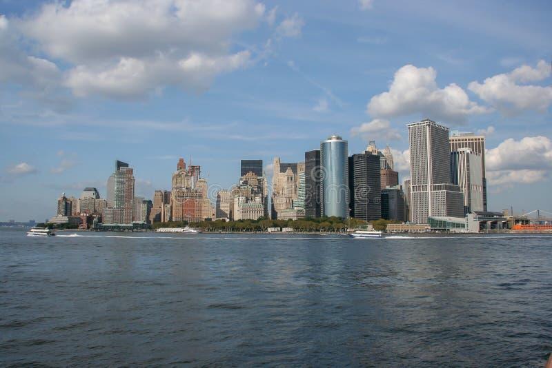 Более низкий взгляд Манхэттена от парома острова Staten, Нью-Йорка стоковые изображения
