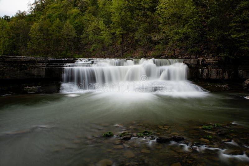 Более низкое Taughannock понижается - долгая выдержка - водопад - Ithaca, Нью-Йорк стоковое изображение rf