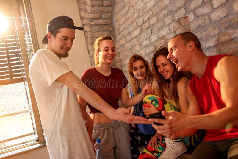 Более плотные люди имея потеху на танцах в студии стоковая фотография rf