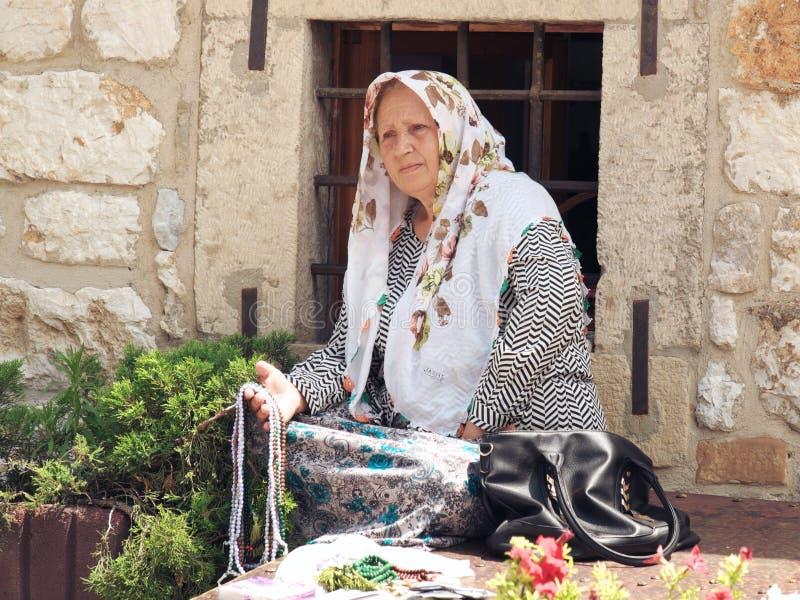 Более старая женщина с традиционным платьем в Сараеве, Боснии и Герцеговине стоковые изображения