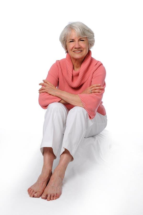 более старая сидя женщина стоковое изображение rf