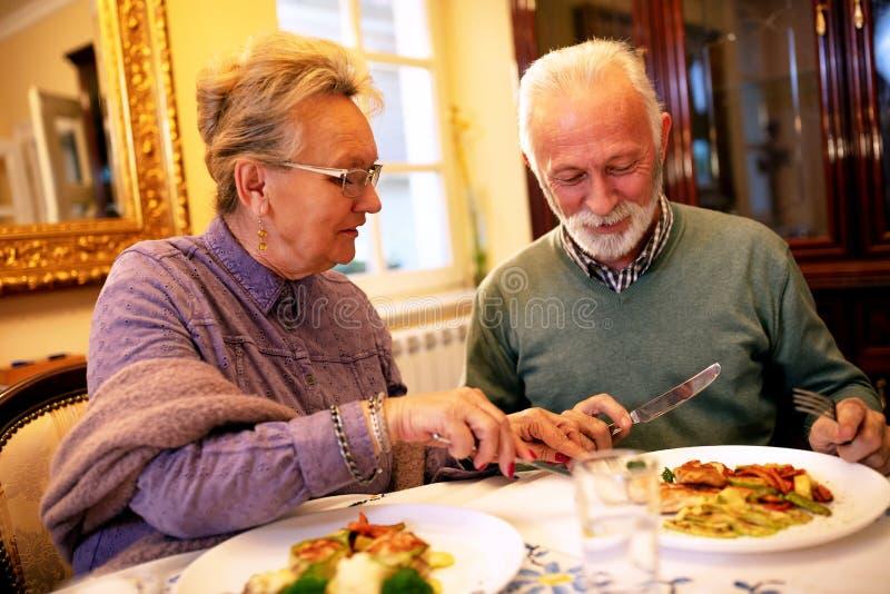 Более старые люди имея здоровую еду стоковое фото