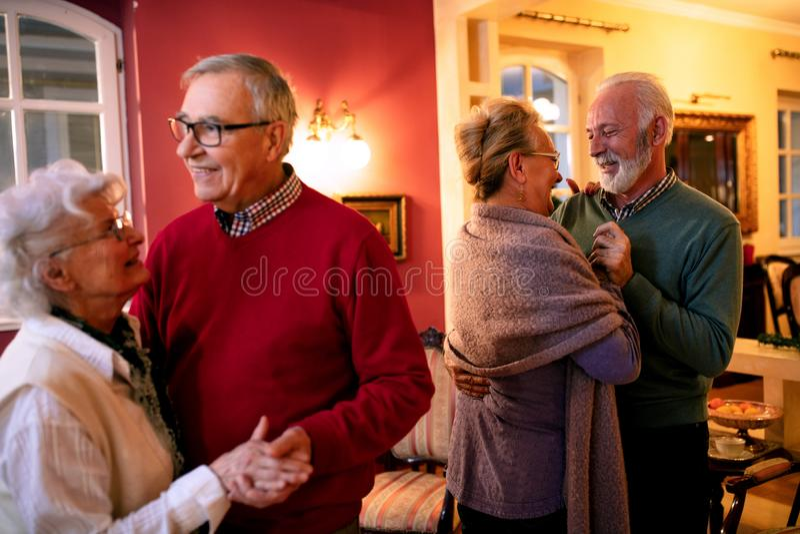 Более старые пары танцуя в комнате стоковое изображение