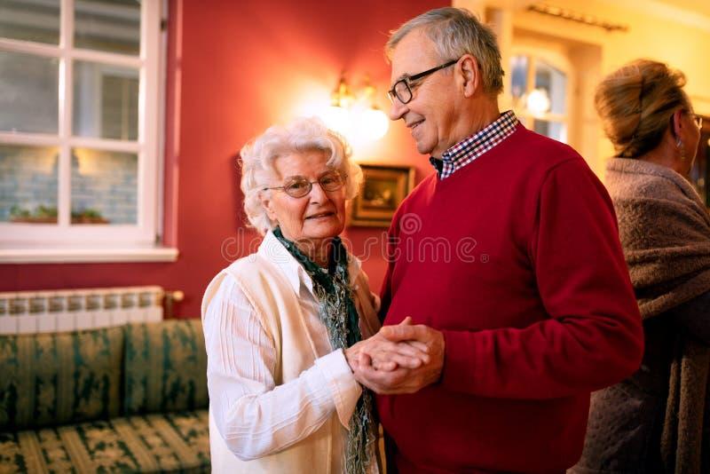 Более старые пары танцуя в комнате стоковые изображения rf