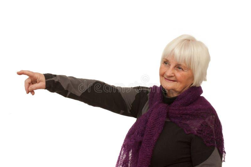 более старый излишек указывая усмехаться там женщина стоковое изображение rf
